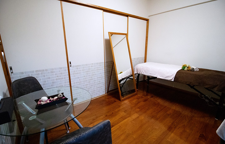 ベッド横の待合スペース。施術後のリラックスに。