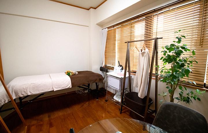 完全個室のフェイシャルルーム。ゆったりと施術が受けられます。